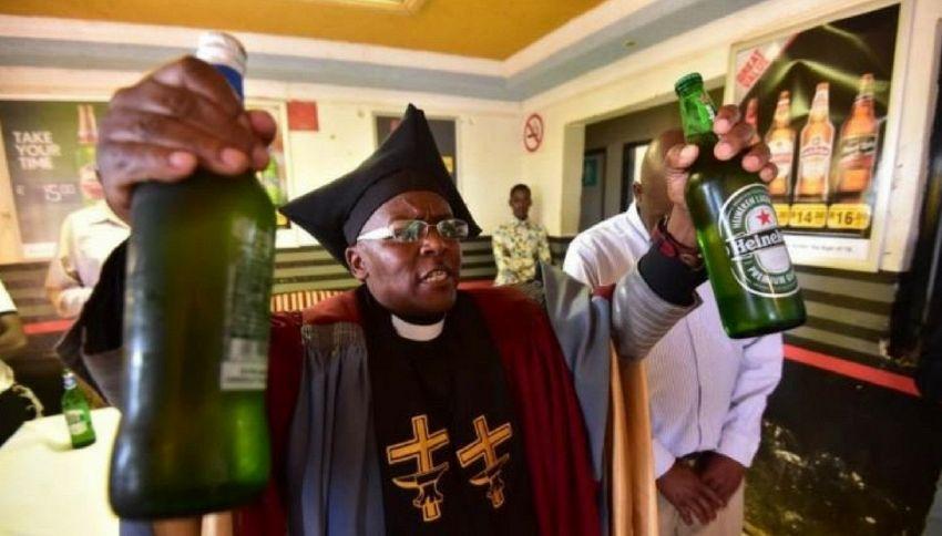 Il vescovo che battezza i fedeli con la birra