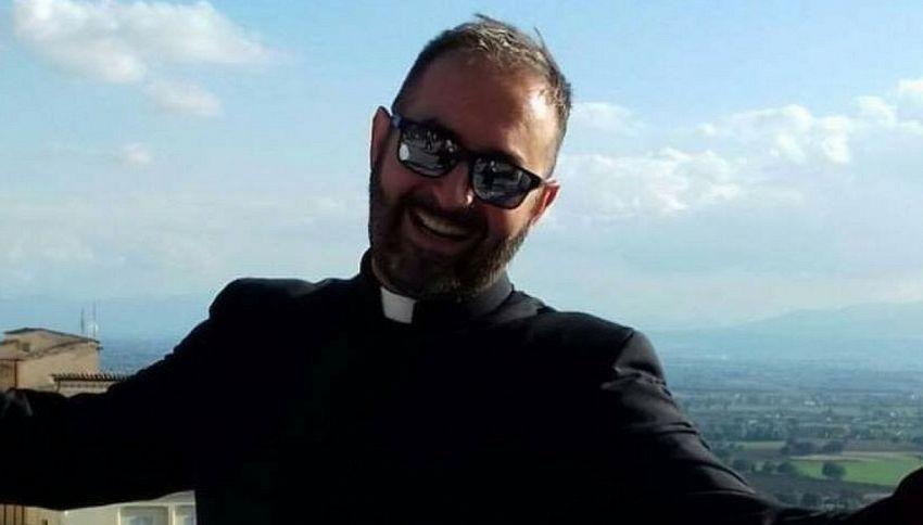 """""""L'esercito del Cristo"""": la canzone del prete diventa virale"""