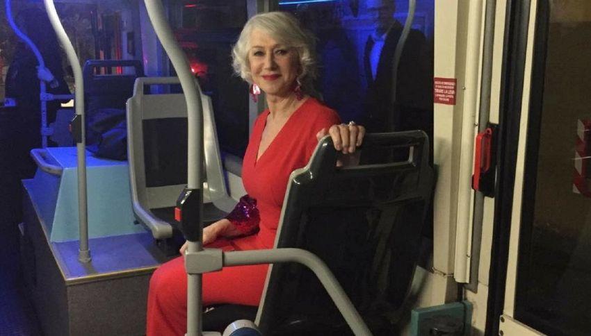 Helen Mirren in bus alla prima del suo film è la foto del giorno