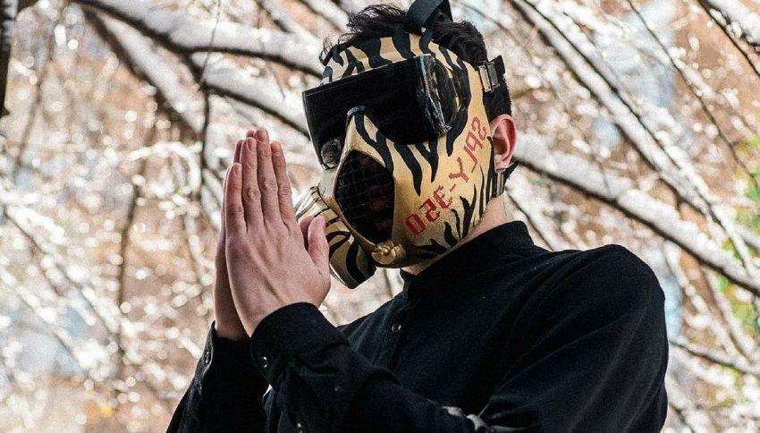 Chi è Junior Cally, il rapper con la maschera antigas