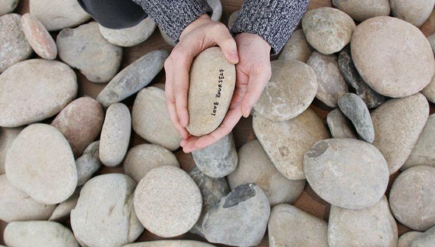 Qualcuno ha rubato il sasso di Yoko Ono