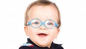 Il bimbo vede il papà per la prima volta con speciali occhiali