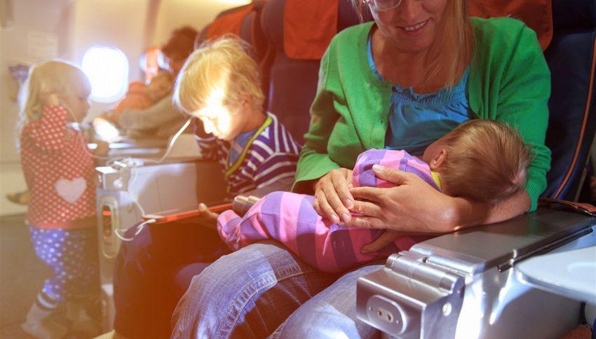 Mamma in volo col bebè dà un pacchetto insolito ai passeggeri