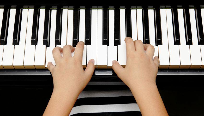 13enne suona Mozart al piano bendato: la sorprendente esibizione