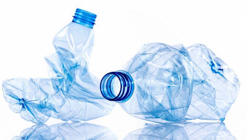 Schiacciate le bottiglie di plastica così? Ecco l'errore comune