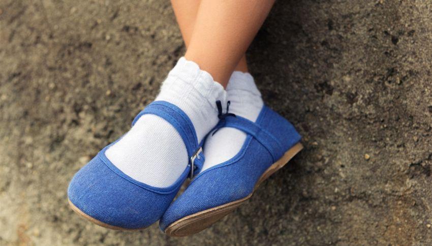 9 anni, si toglie le scarpe e le regala ad un bambino per strada