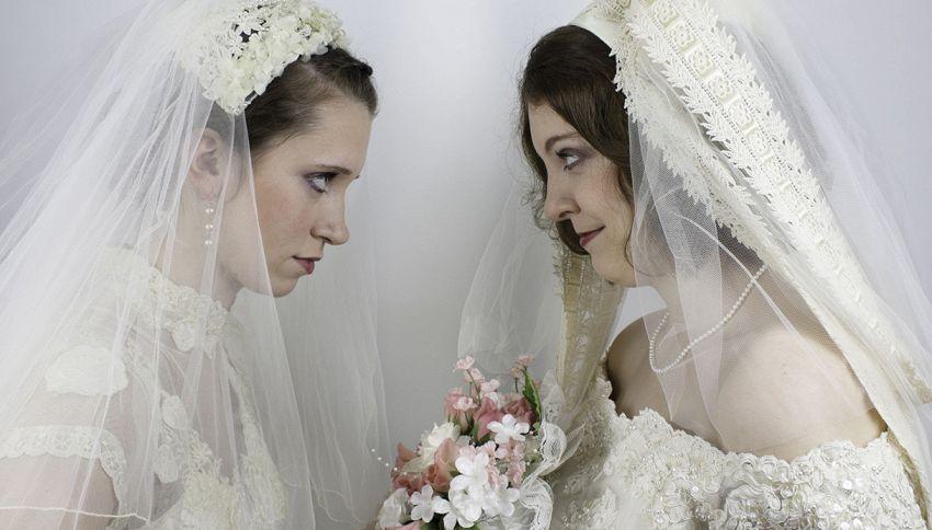 Ex amante appare vestita da sposa durante le sue nozze: imbarazzo