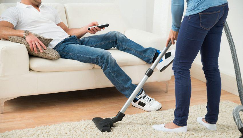 Avere un marito implica 7 ore in più di pulizie a settimana