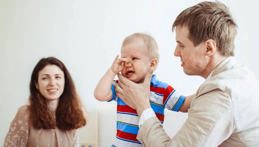 Papà si taglia i capelli, la reazione del bambino è meravigliosa