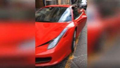 Ferma Ferrari in posto disabili, poi insulta chi lo denuncia