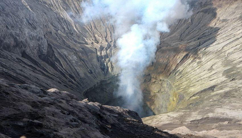 La chiede la mano in cima al vulcano: il video da brividi