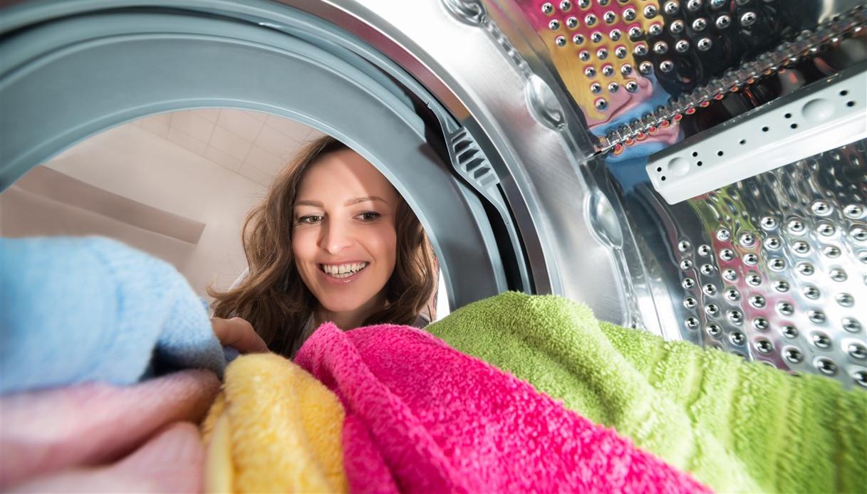 Un bicchiere in lavatrice: il trucco di cui non farai più a meno