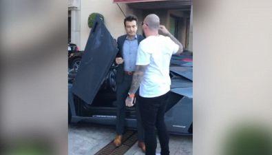 Il parcheggiatore fa un giro sulla Lamborghini da 380mila euro. Il proprietario va su tutte le furie