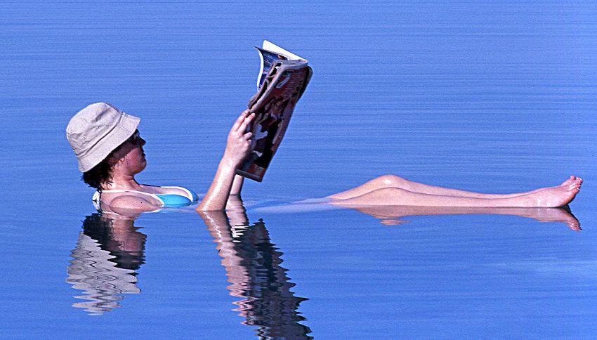 Non è un effetto ottico: qui puoi leggere sdraiata nell'acqua