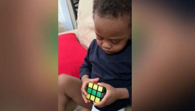 Risolve il suo primo Cubo di Rubik a 3 anni
