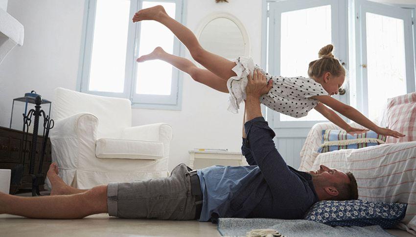 Bimba imita la ginnasta con l'aiuto del papà: il dolce video
