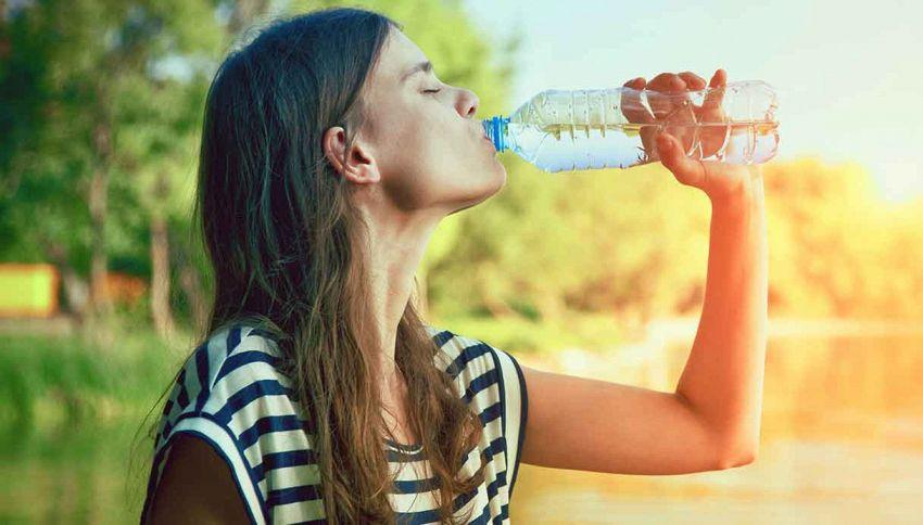 Bere 2 litri d'acqua al giorno, siete sicuri che faccia bene?