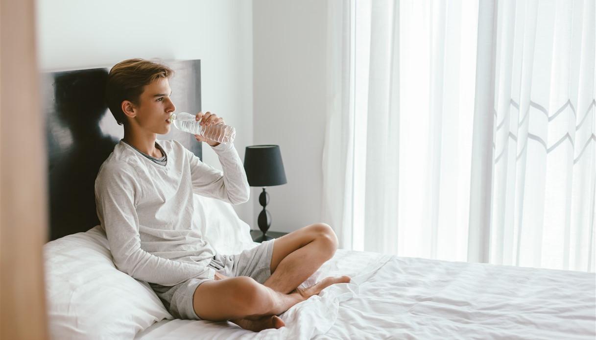 Tieni la bottiglia d'acqua accanto al letto per la notte? Sbagli