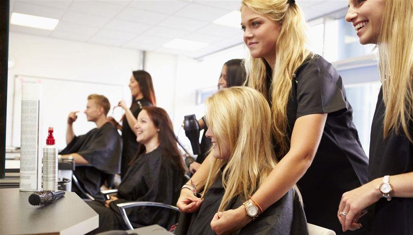 Andare dal parrucchiere fa bene: gli effetti sulla salute