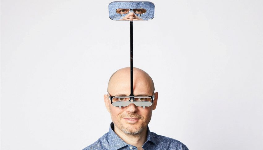 Gli occhiali che aiutano le persone basse a vedere i concerti