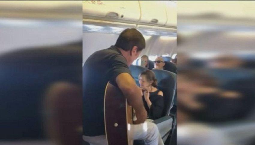 Show a sorpresa di Gianni Morandi in aereo: il video
