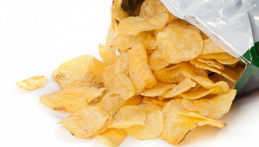 Perché i pacchetti di patatine sono mezzi vuoti?