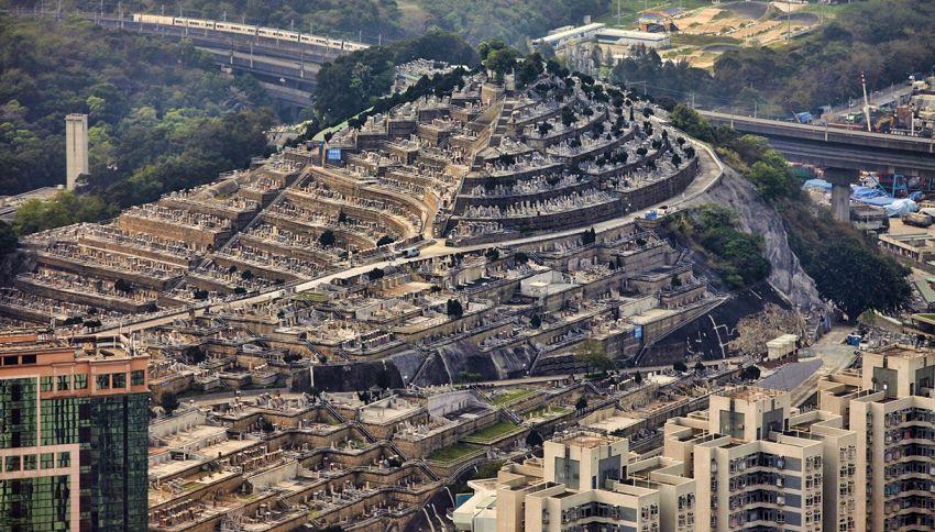 Il cimitero verticale: l'inquietante collina ad Hong Kong