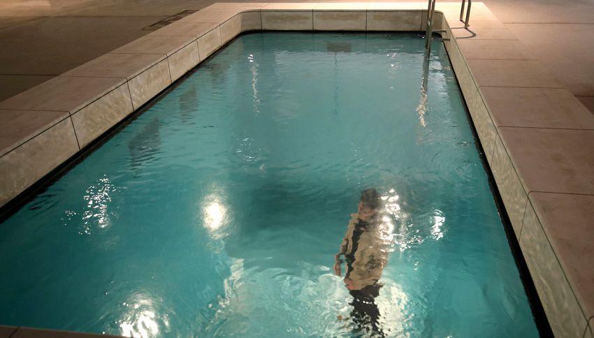 Vestiti in fondo alla piscina, lo strano effetto ottico