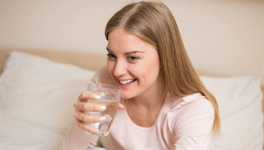 Bere un bicchiere d'acqua fredda prima di dormire fa dimagrire