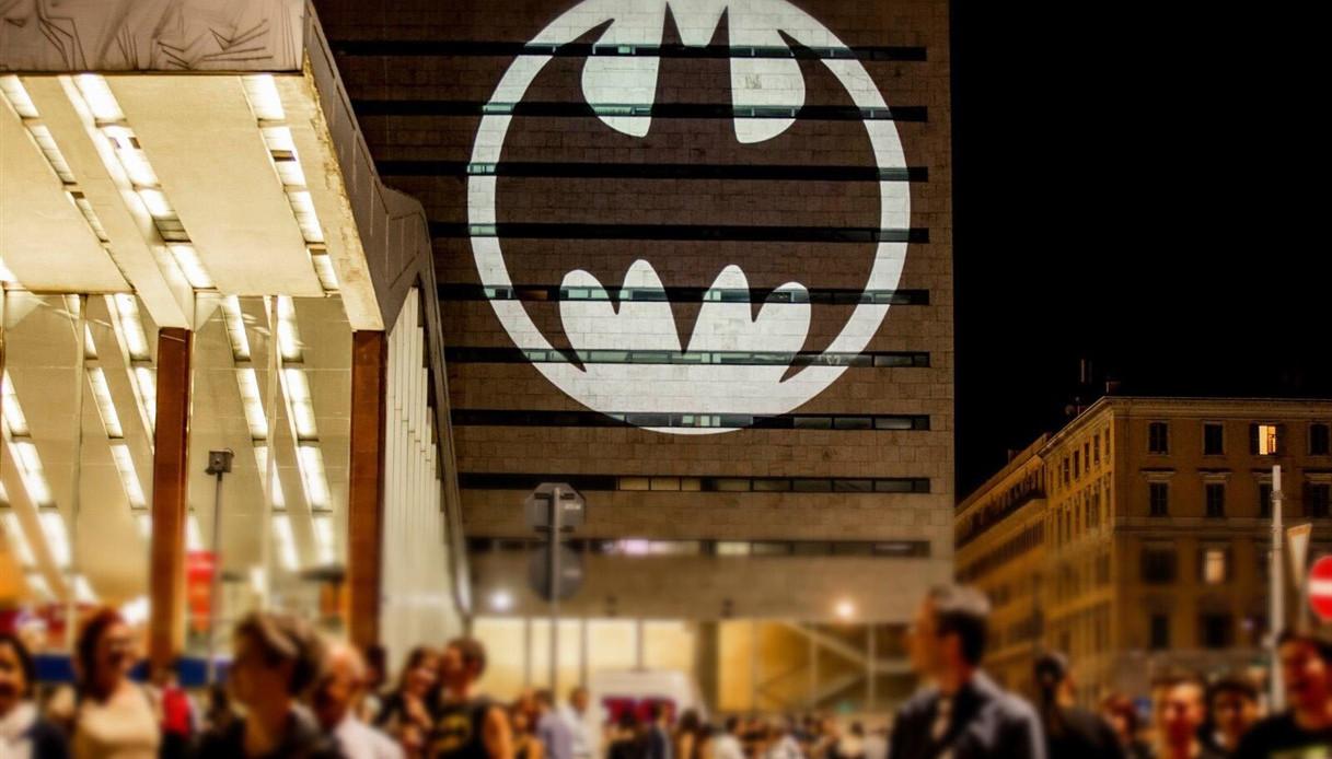Batman compie 80 anni, il mondo lo saluta così