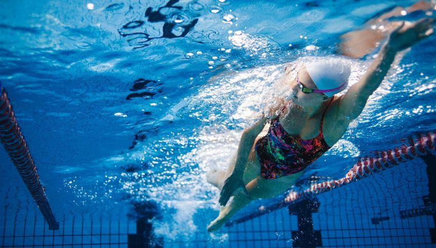 Nuotatrice squalificata perché il costume mostrava troppo
