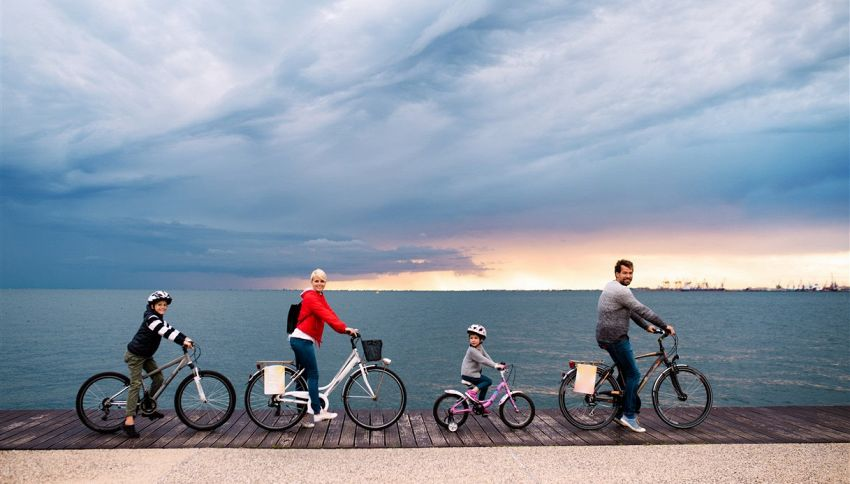La pista ciclabile che permette di pedalare sulle acque
