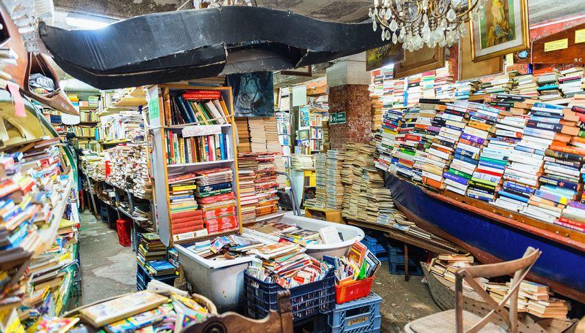 Libreria Acqua Alta: qui non ci sono scaffali, ma gondole e canoe