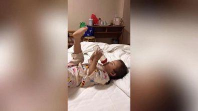 Kung-Fu baby: la bimba ha trovato una soluzione geniale per il biberon