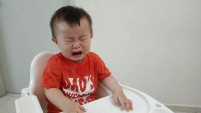 Questo bambino piange disperato finché il padre non gli dà una banconota