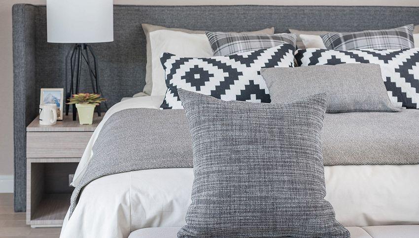 Quanti cuscini tenere sul letto? L'errore da non commettere