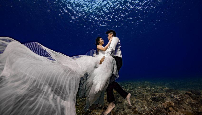 Sposi sott'acqua: servizio fotografico subacqueo fuori dal comune