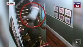 Scena divertente in un B&B: brilli tentano di salire le scale