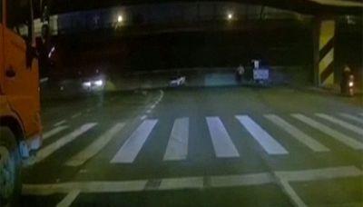 Un ponte crolla sul traffico a Wuxi in Cina, le immagini