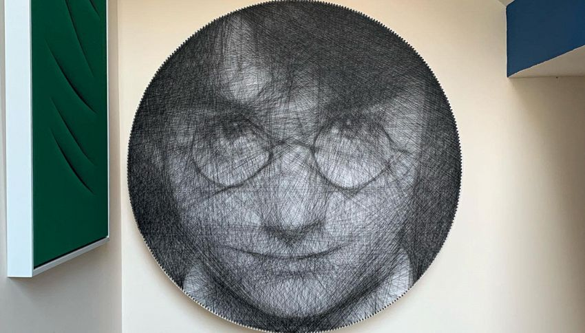 Crea ritratti con le unghie e un unico filo nero: guarda le opere