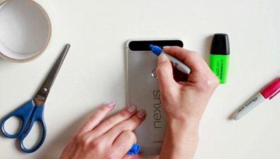 Metti del nastro adesivo sul flash del cellulare: il risultato ti sorprenderà