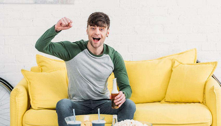 Con questo bicchiere non dovrai più alzarti dal divano per bere