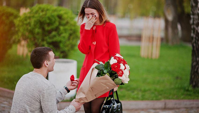 Perché ci si inginocchia per chiedere la mano del partner?