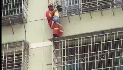 Bimba incastrata e appesa dal quinto piano, il salvataggio è da brividi