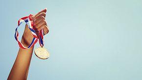 Bambino vince per errore e consegna la medaglia alla seconda
