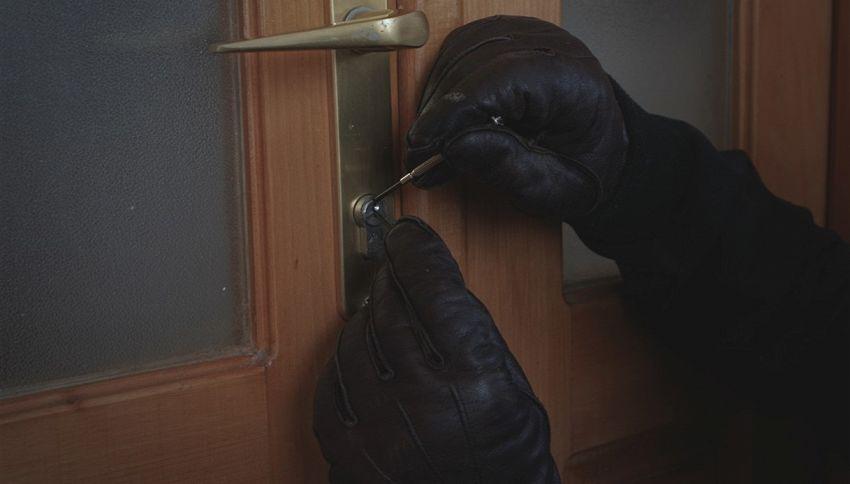 A dodici anni sventa un furto in casa chiamando dal bagno
