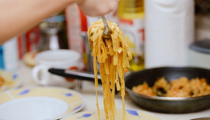 Mangiare pasta riscaldata in padella può aiutarti a dimagrire