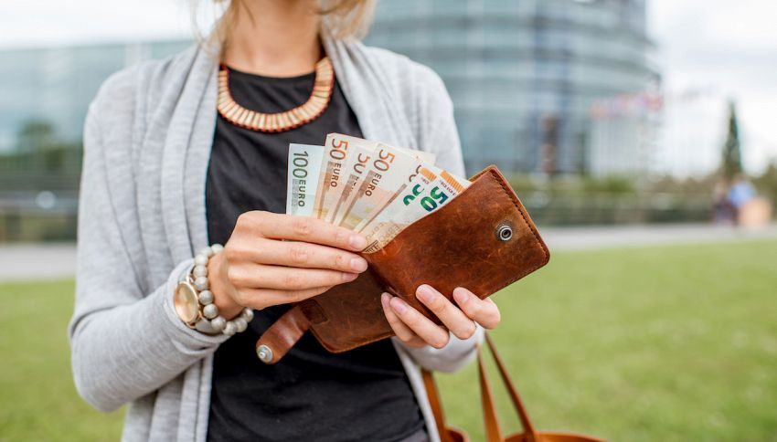Trova 1700 euro e li consegna: erano le quote per una gita