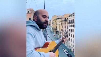 Da Ambra Angiolini a Giuliano dei Negramaro, tutti in coro sul balcone