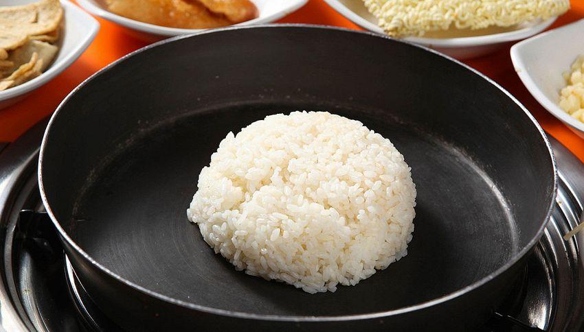 Mangiare il riso riscaldato può essere rischioso per la salute